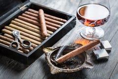 Καίγοντας πούρο ashtray και το κονιάκ Στοκ Εικόνα