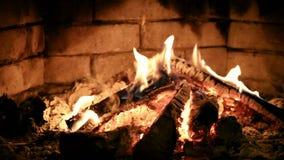 Καίγοντας πυρκαγιά φλογών σε μια εστία Θερμός και άνετος απόθεμα βίντεο