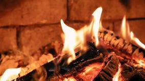 Καίγοντας πυρκαγιά φλογών σε μια εστία Θερμός και άνετος φιλμ μικρού μήκους