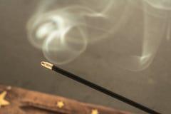 Καίγοντας ραβδιά θυμιάματος με τον καπνό στο σκοτεινό υπόβαθρο Στοκ φωτογραφίες με δικαίωμα ελεύθερης χρήσης