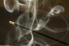Καίγοντας ραβδιά θυμιάματος με τον καπνό στο σκοτεινό υπόβαθρο Στοκ Φωτογραφίες