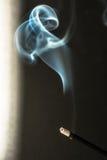 Καίγοντας ραβδιά θυμιάματος με τον καπνό στο σκοτεινό υπόβαθρο Στοκ Φωτογραφία