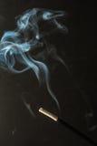 Καίγοντας ραβδιά θυμιάματος με τον καπνό στο σκοτεινό υπόβαθρο Στοκ Εικόνα