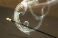 Καίγοντας ραβδιά θυμιάματος με τον καπνό στο σκοτεινό υπόβαθρο Στοκ Εικόνες