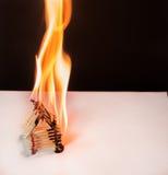 Καίγοντας σπίτι αντιστοιχιών - παιχνίδια με τις άκρες πυρκαγιάς με το ατύχημα Στοκ εικόνες με δικαίωμα ελεύθερης χρήσης