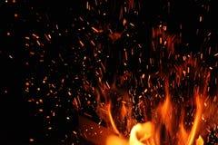 Καίγοντας σπινθήρας κούτσουρων και πυρκαγιάς Στοκ Φωτογραφίες