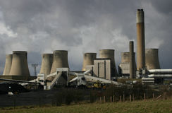 καίγοντας σταθμός παραγωγής ηλεκτρικού ρεύματος άνθρακα Στοκ εικόνες με δικαίωμα ελεύθερης χρήσης