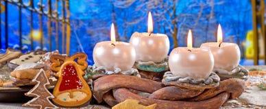 καίγοντας στεφάνι κεριών εμφάνισης στοκ εικόνες