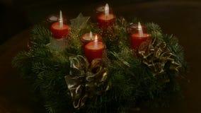 καίγοντας στεφάνι κεριών εμφάνισης φιλμ μικρού μήκους