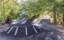 Καίγοντας σωρός ξυλάνθρακα στο δάσος Στοκ φωτογραφίες με δικαίωμα ελεύθερης χρήσης