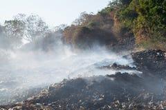 Καίγοντας σωρός των απορριμάτων. Στοκ Φωτογραφία