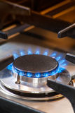 Καίγοντας σόμπα αερίου με τις μπλε φλόγες Στοκ φωτογραφίες με δικαίωμα ελεύθερης χρήσης