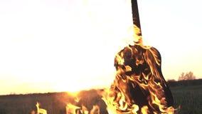 Καίγοντας την ακουστική κιθάρα στην πυρκαγιά κοντά επάνω απόθεμα βίντεο