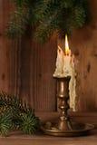 Καίγοντας το παλαιό κηροπήγιο χαλκού κεριών εκλεκτής ποιότητας επάνω Στοκ Φωτογραφίες