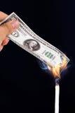 Καίγοντας τραπεζογραμμάτια δολαρίων Στοκ εικόνα με δικαίωμα ελεύθερης χρήσης