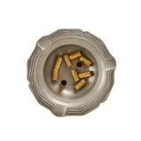 Καίγοντας τσιγάρο και κενά περιβλήματα σφαιρών 9mm σε μια παλαιά τέφρα κασσίτερου Στοκ Φωτογραφίες