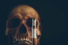 Καίγοντας τσιγάρο με το κρανίο Στοκ Φωτογραφίες