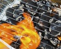 Καίγοντας φλόγες και σχάρα Στοκ φωτογραφίες με δικαίωμα ελεύθερης χρήσης
