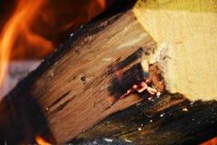 Καίγοντας φλόγες, καυτοί φλόγες και φούρνος Ξύλινα σκοτεινά σκληρά κούτσουρα που καίνε, πορτοκαλιές φλόγες και καυτή θερμοκρασία Στοκ εικόνες με δικαίωμα ελεύθερης χρήσης
