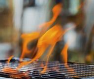 Καίγοντας φλόγες πέρα από τη σχάρα Στοκ Εικόνες