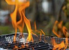 Καίγοντας φλόγες πέρα από τη σχάρα Στοκ φωτογραφία με δικαίωμα ελεύθερης χρήσης