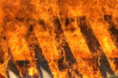 καίγοντας φλόγες πυρκα&ga Στοκ Εικόνες