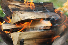 καίγοντας φλόγες πυρκα&ga Στοκ φωτογραφία με δικαίωμα ελεύθερης χρήσης