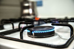 Καίγοντας φούρνος αερίου στην κουζίνα στοκ φωτογραφίες