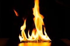 Καίγοντας φλόγα πυρκαγιάς στο μαύρο υπόβαθρο Στοκ φωτογραφία με δικαίωμα ελεύθερης χρήσης
