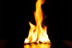 Καίγοντας φλόγα πυρκαγιάς στο μαύρο υπόβαθρο Στοκ εικόνα με δικαίωμα ελεύθερης χρήσης