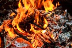 Καίγοντας φλόγες και καμμένος άνθρακας BBQ, εικόνα HDR Στοκ φωτογραφία με δικαίωμα ελεύθερης χρήσης