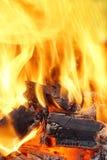 Καίγοντας φλόγες και καμμένος άνθρακας HDR Στοκ Εικόνες