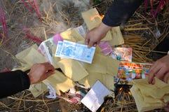 Καίγοντας χρήματα εγγράφου Στοκ φωτογραφία με δικαίωμα ελεύθερης χρήσης