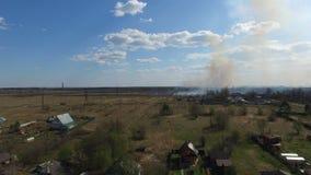 Καίγοντας χλόη κοντά στο χωριό φιλμ μικρού μήκους