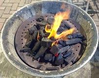Καίγοντας BBQ ξυλάνθρακα δοχείο στοκ εικόνες με δικαίωμα ελεύθερης χρήσης
