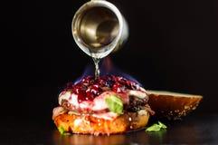 Καίγοντας burger χύνεται με τα πνεύματα Στοκ εικόνες με δικαίωμα ελεύθερης χρήσης