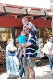 Καίηπ Τάουν - 2011: Ένας μπαμπάς κρατά επάνω σφιχτά στα παιδιά του στοκ εικόνα