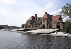 Καίμπριτζ, στις 30 Ιουνίου: Σπίτι βαρκών συγκόλλησης Buiding στην όχθη ποταμού του Charles από το Καίμπριτζ στις ΗΠΑ Στοκ φωτογραφίες με δικαίωμα ελεύθερης χρήσης