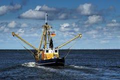 Καβούρια ή αλιευτικό σκάφος γαρίδων στη Βόρεια Θάλασσα κάτω από έναν μπλε ουρανό W Στοκ εικόνες με δικαίωμα ελεύθερης χρήσης