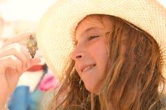 Καβούρι ερημιτών εκμετάλλευσης κοριτσιών παιδιών Blonk στοκ εικόνες