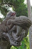 Καβούρι-κατανάλωση macaque στο άγαλμα δράκων Στοκ Φωτογραφία