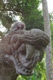 Καβούρι-κατανάλωση macaque στο άγαλμα δράκων Στοκ εικόνες με δικαίωμα ελεύθερης χρήσης