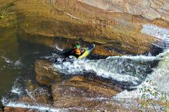 Καγιάκ έτοιμο να πάει πέρα από τα ορμητικά σημεία ποταμού Στοκ Εικόνες