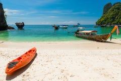 καγιάκ και ξύλινες ταϊλανδικές βάρκες από την ακτή του νησιού της Hong στοκ φωτογραφία με δικαίωμα ελεύθερης χρήσης