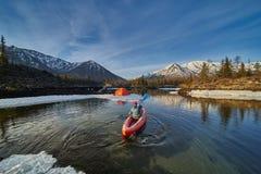 Καγιάκ κωπηλασίας ατόμων στη λίμνη βουνών Ελευθερία στοκ εικόνες με δικαίωμα ελεύθερης χρήσης