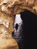 Καγιάκ μέσω της σπηλιάς Στοκ Φωτογραφίες