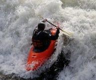 Καγιάκ στα ορμητικά σημεία ποταμού στοκ εικόνα με δικαίωμα ελεύθερης χρήσης