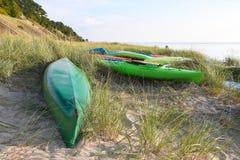 Καγιάκ στη χλόη αμμόλοφων στη λίμνη Μίτσιγκαν Στοκ εικόνες με δικαίωμα ελεύθερης χρήσης