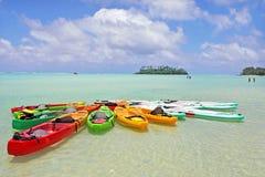 Καγιάκ στις νήσους Rarotonga Κουκ λιμνοθαλασσών Muri Στοκ Φωτογραφίες