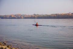 Καγιάκ στο Δούναβη στη Βουδαπέστη, Ουγγαρία στοκ φωτογραφία